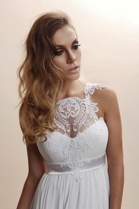 שמלה מודרנית עם תחרה שקופה באזור המחשוף