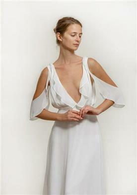 שמלת כלה עם מחשוף ושרוול מיוחד