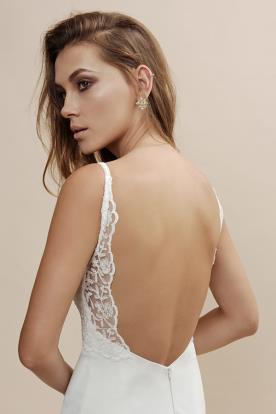 שמלת כלה עם גב חשוף מפוסל