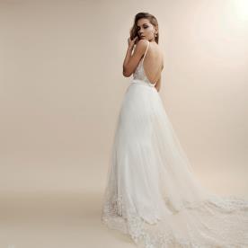 שמלת כלה עם תחרה בחלק העליון ובקצה החצאית