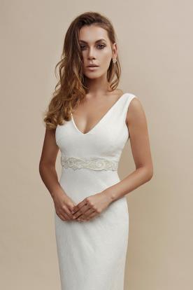 שמלה קלאסית עם כתפיות עבות בעיצוב נקי