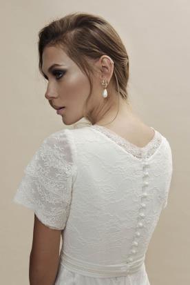 שמלת כלה מעוטרת כפתורים בגב