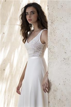 שמלה עם תחרה בחלק העליון וחגורת מותן