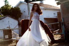 שמלת כלה אוורירית עם תחרה בצבע כסף