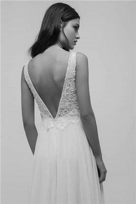 שמלת כלה עם פתח וי בגב