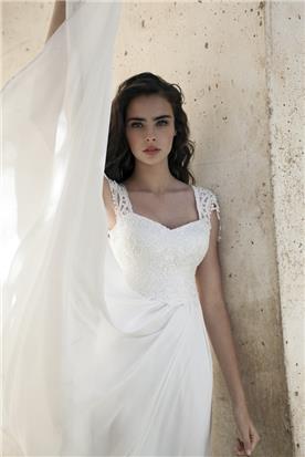 שמלת תחרה נשפכת, בשילוב תחרה בחלק העליון