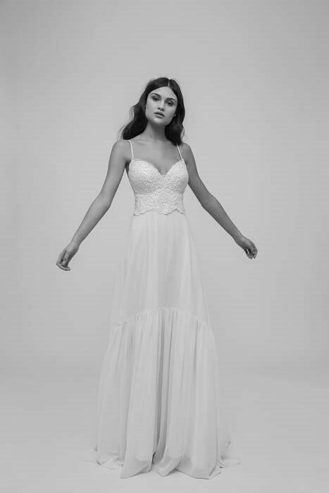 מיקה שמלת כלה בעיצוב עדין