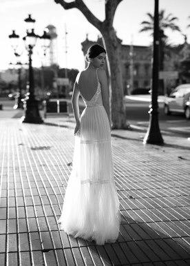 שמלת כלה כיווצים ופסי אבנים
