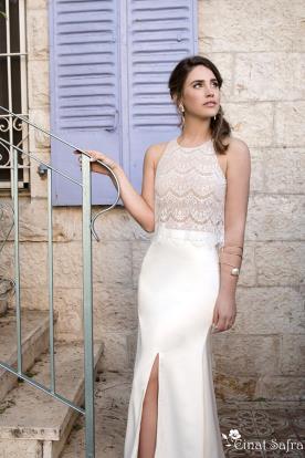 שמלת כלה נשפכת עם שסע