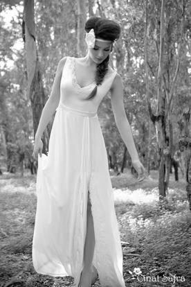 שמלת כלה עדינה עם שסע