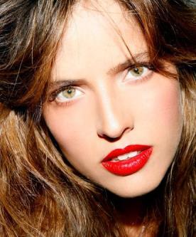 איפור רומנטי עם שפתון אדום נועז
