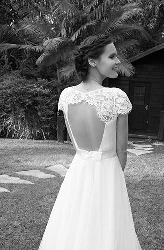 שמלת כלה גב פתוח ופפיון בגב