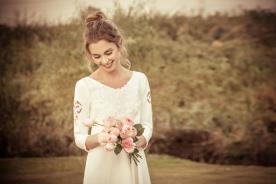 שמלת כלה צנועה עם פתחי תחרה