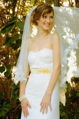 שמלת כלה סטרפלס וחגורה צבעונית