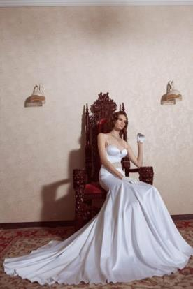 שמלת כלה חלקה ארוכה עם חגורה