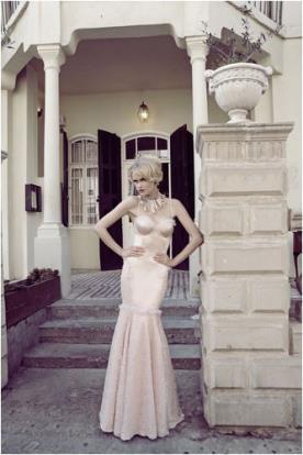 שמלת כלה גוון מיוחד מחשוף לב