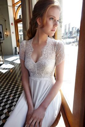 שמלת כלה שרוולים ומחשוף תחרה