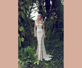 שמלת כלה מחשוף מעוצב נשפכת