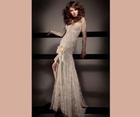 שמלת כלה מחשוף ופפיון בשסע