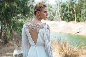 שמלת כלה עם מחשוף V עמוק בגב