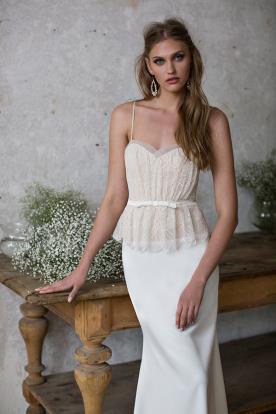 שמלת כלה עם פפלום עדין