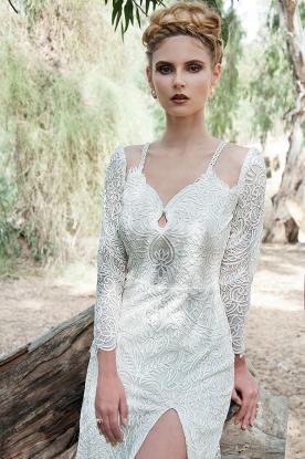 שמלת כלה תחרה מחמיאה עם שסע