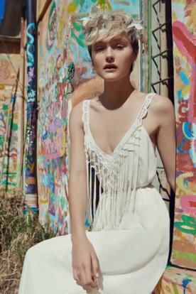 שמלת כלה רומנטית עם מחשוף מעוצב