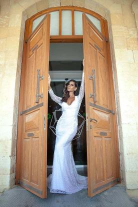 שמלת כלה: קולקציית 2016, שמלה בסגנון רומנטי, שמלה בסגנון קלאסי, שמלת וינטאז', שמלה בסגנון עדין, שמלה עם תחרה, שמלה בגזרת A, שמלה עם מחשוף, שמלה עם שובל, שמלה עם שרוולים, שמלה בצבע לבן, שמלת מקסי - ליז עיצוב שמלות