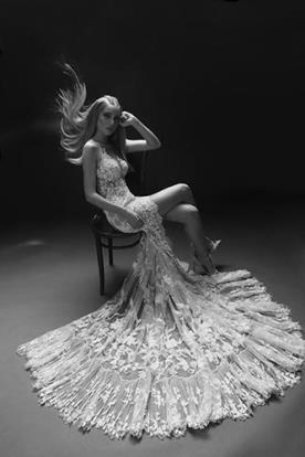 שמלת כלה עם שסע עמוק ושובל