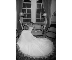 שמלת כלה עדינה עם שובל ארוך