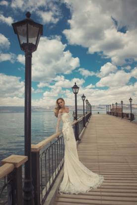 שמלת כלה חשופת כתפיים ללוק רומנטי