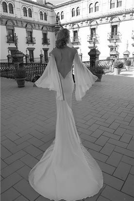 שמלת כלה: שמלת סאטן, שמלה בגזרה נשפכת, שמלה בסגנון רומנטי, שמלה עם שרוולים, שמלה עם גב חשוף, שמלה בצבע לבן - סטודיו טל כחלון