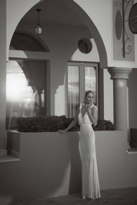 שמלת כלה או ערב: שמלה בגזרה נשפכת, שמלה עם כתפיות דקות, שמלה עם חגורה במותן, קולקציית 2014, שמלה בסגנון רומנטי, שמלה בסגנון עדין, שמלה עם חרוזים, שמלה עם פייטים, שמלה בגזרת A, שמלה עם מחשוף, שמלה בצבע לבן, שמלת מקסי - סטודיו טל כחלון
