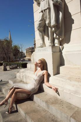 שמלת כלה קייצית מודרנית עם שסע