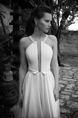 שמלת כלה עם מחשוף אלגנטי עמוק