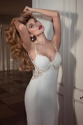 שמלת כלה עם מחשוף בשילוב תחרה ומשי