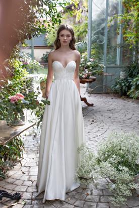 שמלת כלה עם מחוך מחורז וחצאית משי