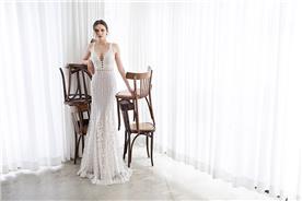 שמלת כלה: שמלה עם כתפיות עבות, שמלה בסגנון רומנטי, שמלה עם תחרה, שמלה עם מחשוף, שמלה בצבע לבן, קולקציית 2017 - אסף דדוש - שמלות כלה