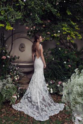 שמלת כלה עם שובל תחרה רחב