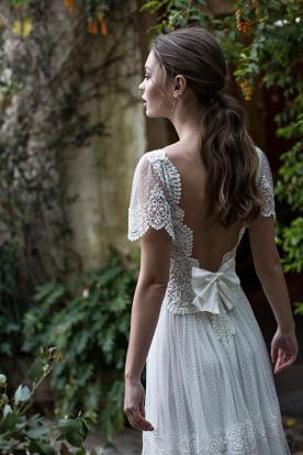 שמלת כלה מטול עם פפיון קטן בגב