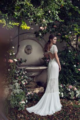 שמלת כלה בוהמיינית עם שובל נשפך