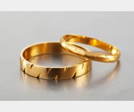 שתי טבעות נישואין עם חריצים