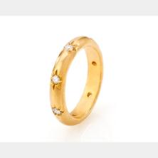 טבעת אירוסין עשירה