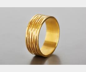 טבעת נישואין מפוספסת לחתן