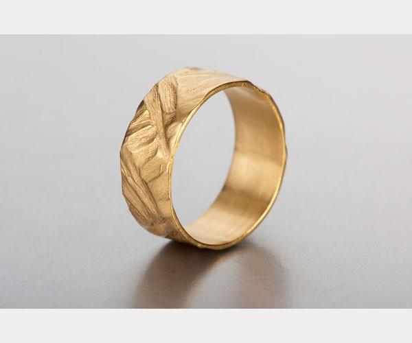 טבעת זהב עם תבליט ייחודי
