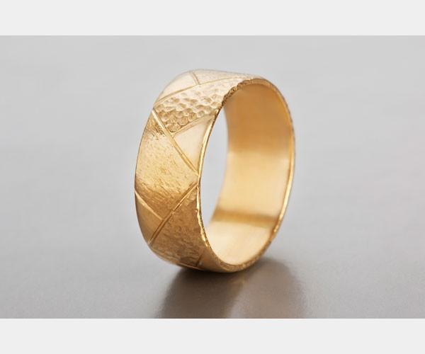 טבעת זהב עבה מעוטרת משבצות