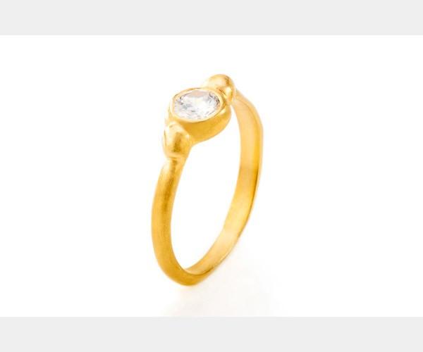 יהלום משובץ בטבעת אירוסין עדינה
