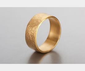 טבעת עם עיטורי ספירלה עדינים