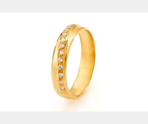 טבעת עם אלכסון משובץ יהלומים