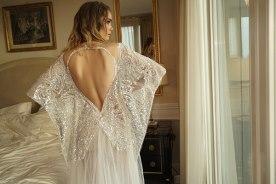 שמלת כלה שרוולי עטלף ומחשוף גב עלה